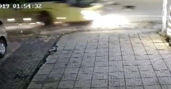 """Kinh hoàng clip ô tô khách phanh """"cháy đường"""" sau khi tông xe máy, 2 nữ sinh văng xa 30m đã thương vong"""