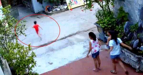 Clip: Bé trai chạy qua đường bị xe máy tông cực mạnh, văng xa nhiều mét khiến mọi người sợ hãi