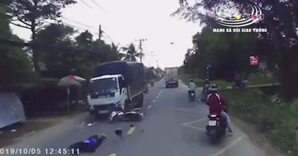 Clip: Xe máy bất ngờ lấn sang làn đường ngược chiều, bị ô tô tông trực diện vỡ nát khiến nhiều người sợ hãi