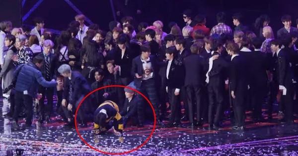 Xót xa hình ảnh các thành viên BTS kiệt sức trên sân khấu: V đứng không vững, Jungkook loáng choáng ngã quỵ, Jimin lăn đùng ra sàn