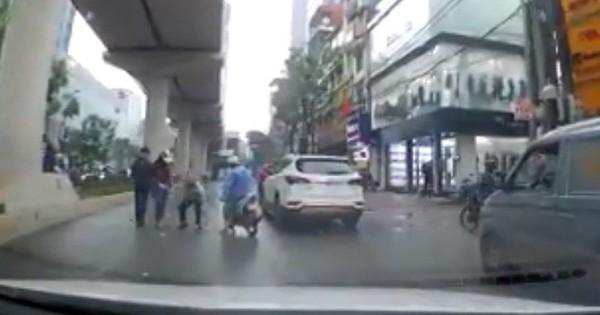 Clip: Cô gái đánh rơi tiền giữa đường mưa bị 2 tài xế xe ôm lao ra nhặt mất, khốn khổ xin lại vẫn không được trả
