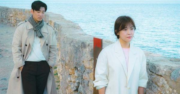 ''Hoàng Hậu Ki'' Ha Ji Won tạm biệt kiếp ''ngầu lòi'', đầu thai làm bánh bèo chung tình ở phim mới Chocolate
