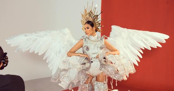 Lộ diện trọn bộ Quốc phục ''Cò'' của Hoàng Thùy tại Miss Universe 2019: Liệu có được vỗ cánh thật đẹp trên đất Mỹ?