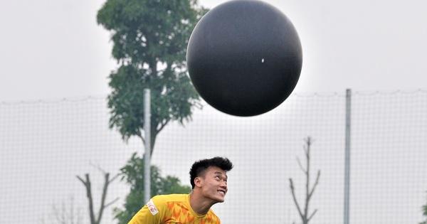 Bùi Tiến Dũng đánh đầu bằng bóng siêu to khổng lồ, nhóm thủ môn U22 Việt Nam thích thú với dụng cụ tập lạ