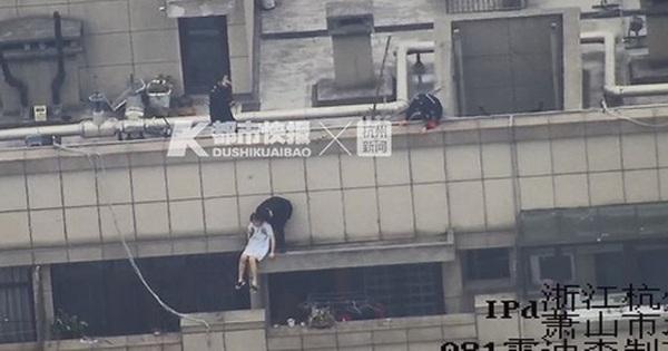 Cô gái trẻ cầm bó hoa hồng lên sân thượng tầng 30 tự tử sau chia tay khiến dân mạng vừa giận, vừa thương