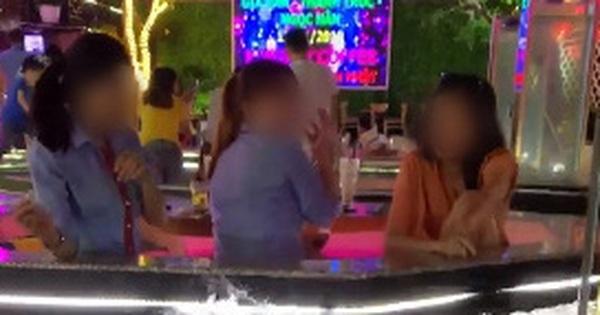 """Clip 3 cô gái thò tay xuống bể cá Koi trong nhà hàng rồi vớt cá lên… ném, dân mạng chán ngán: """"Có duyên chết liền"""""""