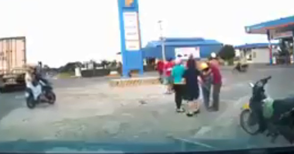 Clip: Kinh hoàng khoảnh khắc cháu bé ngã lộn ngửa ra sau, người bố mất lái lao xe máy thẳng cột bê tông phía trước sau pha va chạm với ô tô