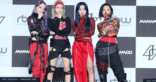Không chỉ riêng Hwasa mà giờ đến các thành viên Mamamoo cũng bị netizen cho ''lên thớt'' vì ăn mặc khác biệt