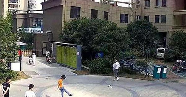 Vô tình đá bóng trúng người đi đường, cậu bé bị người đàn ông cao to tấn công và buông lời đe dọa