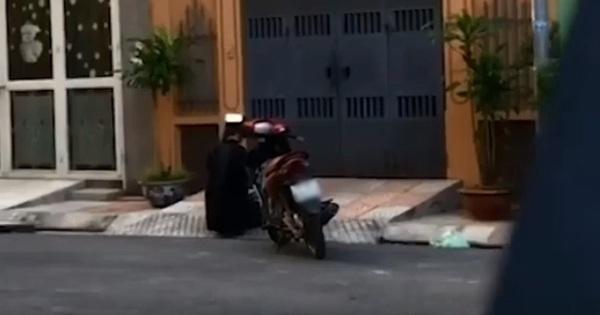 Xôn xao clip nam thanh niên cầm hoa quỳ gối trước cửa nhà crush, nghi do tỏ tình nhưng… thất bại