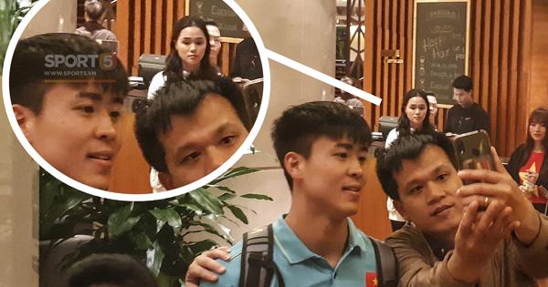 Sau trận Việt Nam đấu Thái Lan: Quỳnh Anh lặng lẽ đứng chờ Duy Mạnh sà vào vòng tay người hâm mộ