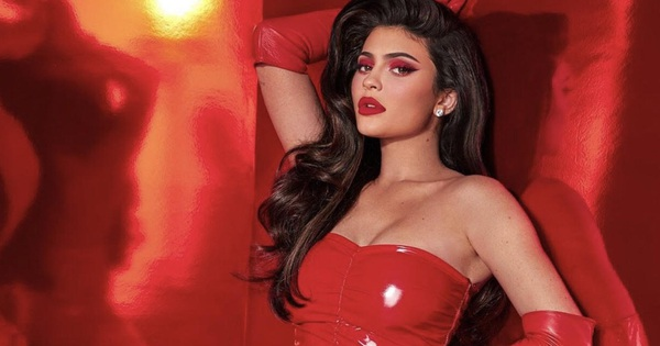 """""""Đốt mắt"""" trước màn khoe body bốc lửa của Kylie Jenner mới đây, sinh con rồi mà vẫn quyến rũ vạn người mê"""