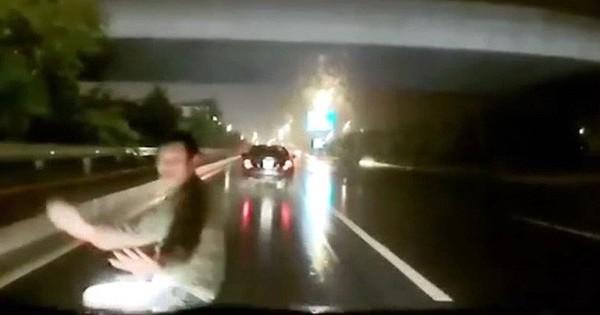 Clip: Người đàn ông băng qua đường gây tai nạn rồi bỗng nhiên lăn ra ăn vạ đòi tiền