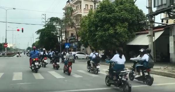 Bất bình clip đoàn học sinh không đội mũ bảo hiểm, phóng xe đạp điện vượt đèn đỏ