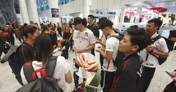 Máy bay gặp trục trặc, tuyển bóng rổ Việt Nam có hành trình ''cực hình'' tới Philippines, nhưng may mắn vẫn ấm bụng nhờ món ăn đặc biệt từ quê nhà