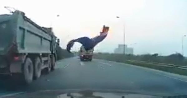 """Thất kinh cảnh bạt phủ từ xe tải rơi trúng ô tô trên cao tốc, tài xế thoát chết khiến dân tình thở phào: """"Tổ tiên phù hộ"""""""