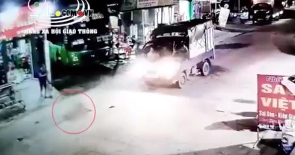 Hãi hùng clip bé gái chạy băng qua đường bị xe tải tông trực diện, văng xa nhiều mét