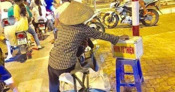 Xúc động hình ảnh người phụ nữ nghèo dừng xe đạp giữa ngã tư để bỏ tiền từ thiện