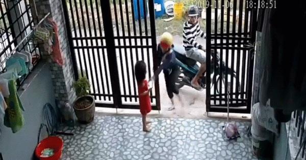 Clip: Bé gái bị đôi nam nữ cướp điện thoại ngay trước cửa nhà, anh trai chạy ra truy hô trong bất lực