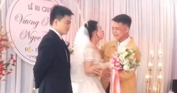 Clip: Em trai trao vàng cho chị gái trong ngày cưới, bật khóc nức nở trên sân khấu khiến tất cả nghẹn ngào
