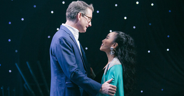 Đoan Trang khiến chồng Tây lo lắng, liên tục ôm hôn khi vấp ngã trên sân khấu