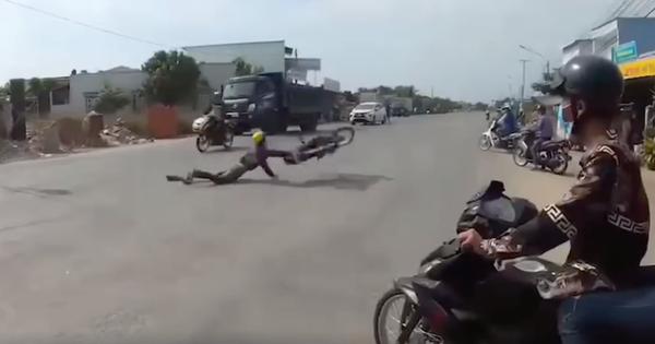 Clip: Nam thanh niên thể hiện bốc đầu xe máy giữa đường phố đông đúc, kết cục ngã sấp mặt, xe văng nhiều mét