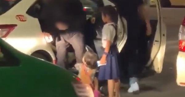 """Clip: Nhóm du khách tại TP.HCM bị 2 bé gái ôm chân và đấm đá vì không cho tiền, vừa rời đi thì nhận ngay """"ngón tay thối"""" gây choáng váng"""