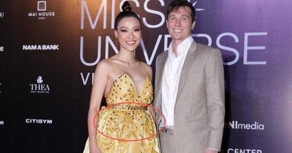 Giữa đồn đoán mang thai, Hoàng Oanh tiếp tục để lộ vòng 2 lùm lùm thấy rõ khi sánh đôi cùng ông xã ngoại quốc