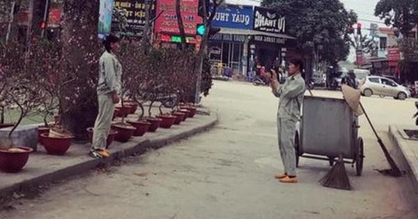 Khoảnh khắc bình yên ngày cận Tết: 2 cô lao công tạo dáng bên hoa đào, chụp ảnh cho nhau sau khi quét dọn đường phố sạch sẽ