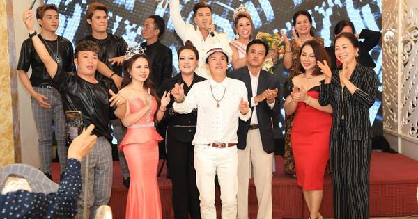 Hoa hậu Nguyễn Thị Thanh Thúy, ca sĩ Địa Hải diện trang phục trắng mướt tưng bừng mở tiệc
