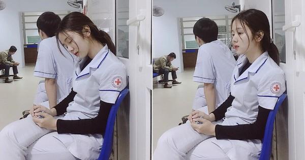 Ngủ gục mà vẫn xinh, thiếu nữ mặc áo blouse trắng được dân tình xếp hàng xin info