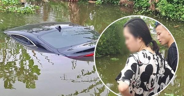 """Chiếc Kia Cerato đời mới chìm nghỉm dưới ao sau cú """"đạp nhầm"""" của nữ tài xế"""