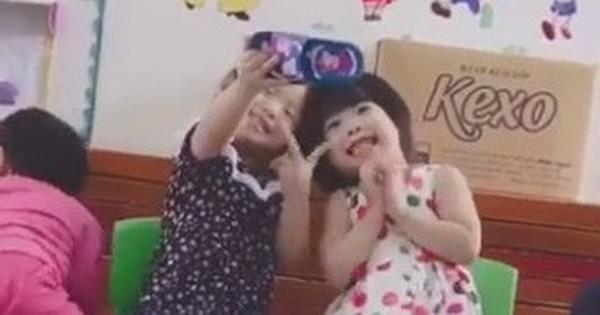 Clip cute siêu cấp: 2 bé gái bắt chước người lớn tạo dáng selfie, chụp ảnh cho nhau bằng smartphone là… chiếc dép