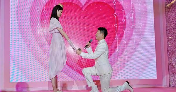 Rộ clip nghi ngờ màn cầu hôn của thiếu gia tỷ đô là sắp đặt, Ming Xi còn diễn tập bài bản
