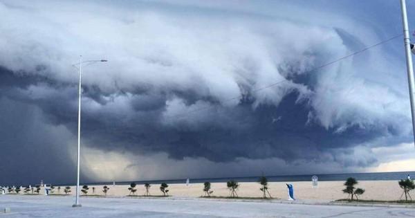 Mây đen cuồn cuộn bao trùm bầu trời Huế, nhiều người liên tưởng như cảnh tượng ''Thanos'' ghé thăm