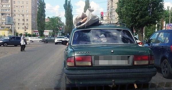 Chỉ có ở Nga: Xác chết được để lên nóc xe hơi chở đi khắp phố khiến người dân khiếp đảm