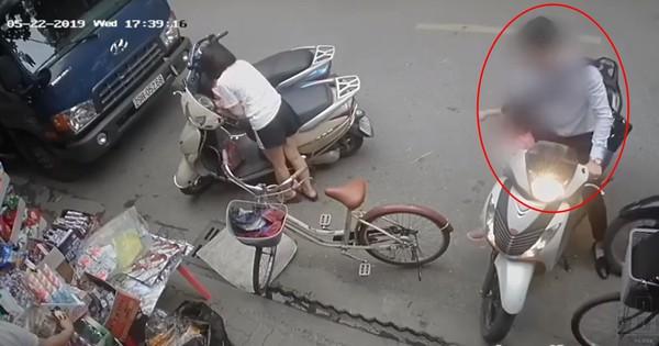 Clip thót tim: Người đàn ông dừng xe không tắt máy, bé gái vô tình vịn trúng tay ga khiến xe lao vút vào cửa hàng tạp hóa