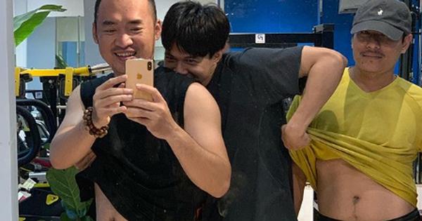 Anh Tú ''lầy lội'' vén áo để lộ ''bụng bia'' của Tiến Luật và Kiều Minh Tuấn khiến fan cười ngất