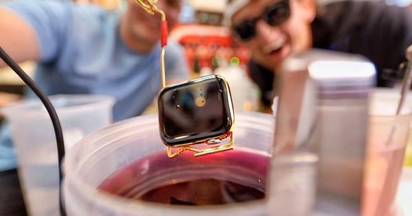 Thử nhúng Apple Watch vào chậu vàng lỏng nguyên chất: Tưởng ''chết'' mà vẫn dùng ngon, long lanh gấp bội