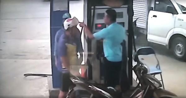 Clip gây bức xúc: Bị nhắc tự mở bình xăng, người đàn ông cầm chìa khóa đánh vào đầu nhân viên cây xăng trước mặt con gái