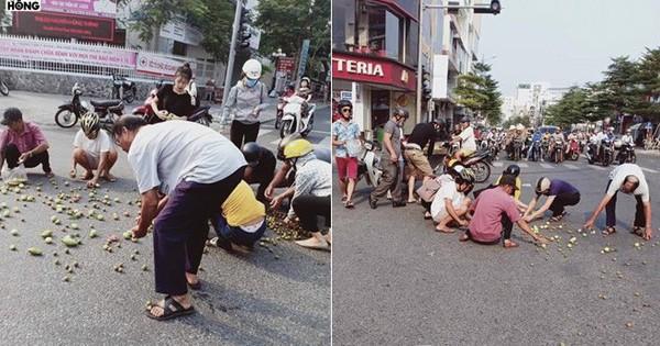 Hình ảnh ấm lòng: Chị bán trái cây bị tai nạn đổ cả sọt quả ra giữa ngã tư, hàng chục người lúi húi nhặt giúp