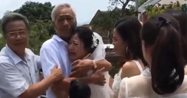 Khoảnh khắc cha già ôm chặt, nghẹn ngào gạt nước mắt tiễn con gái về nhà chồng khiến nhiều người xúc động