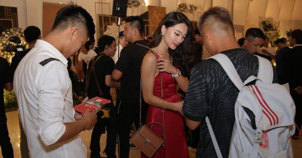 Văn Đức - Ngọc Nữ lơ đẹp nhau, nhất quyết không chịu chụp chung một khung hình khi cùng dự đám cưới Cris Phan