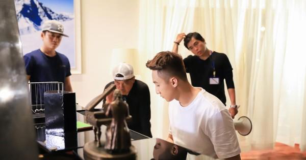 """Lộ ảnh hậu trường của Sơn Tùng M-TP và đạo diễn """"triệu đô"""" Em chưa 18 trong dự án mới của GO-VIET"""