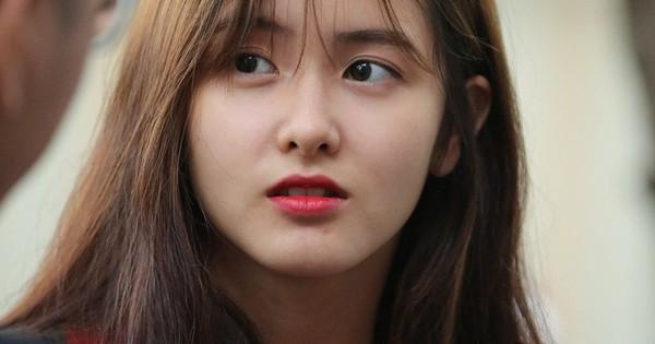 Vô tình lọt vào ống kính phóng viên tại điểm thi THPT, gái xinh liên tục nhận được câu hỏi: Idol Hàn nào đi lạc tới đây?