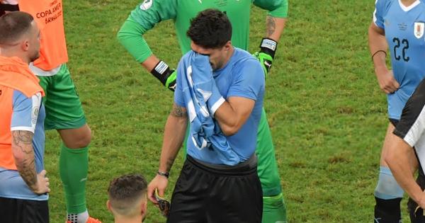 Tứ kết Copa America: Là người duy nhất đá hỏng luân lưu khiến ĐT Uruguay bị loại, bạn thân Messi cởi áo che mặt khóc nức nở