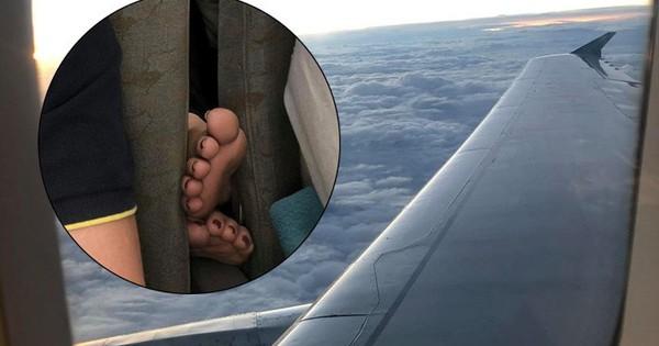 Nữ hành khách đi máy bay thản nhiên gác chân lên ghế trước, dân mạng lắc đầu ngao ngán