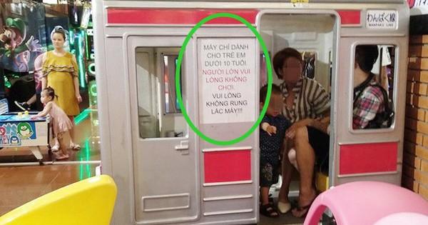 """Mặc tàu điện dán giấy """"chỉ dành cho trẻ em"""", đôi nam nữ vẫn thản nhiên leo lên ngồi khiến nhiều người bức xúc"""