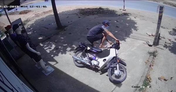 """Cười lăn lộn clip nam thanh niên nghi đi trộm xe máy nhưng bối rối đến ngã cả xe, chứng minh """"chạy mất dép"""" là có thật"""