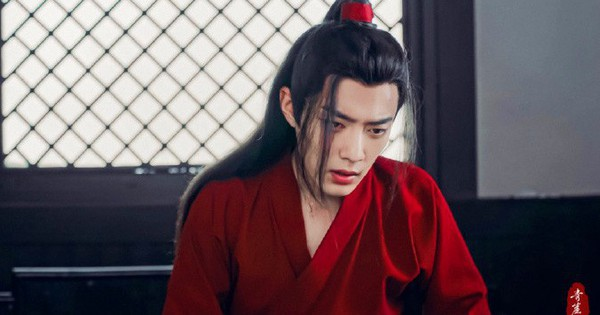 Tưởng Bành Tiểu Nhiễm diện áo đỏ đẹp vô địch rồi, ai dè ''hồng y nam tử'' Tiêu Chiến còn ''sát thương'' gấp bội